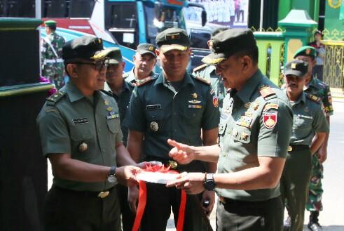 Danrem 071/Wijayakusuma Serahkan Kunci Rumah Dinas Kasdim Banjarnegara