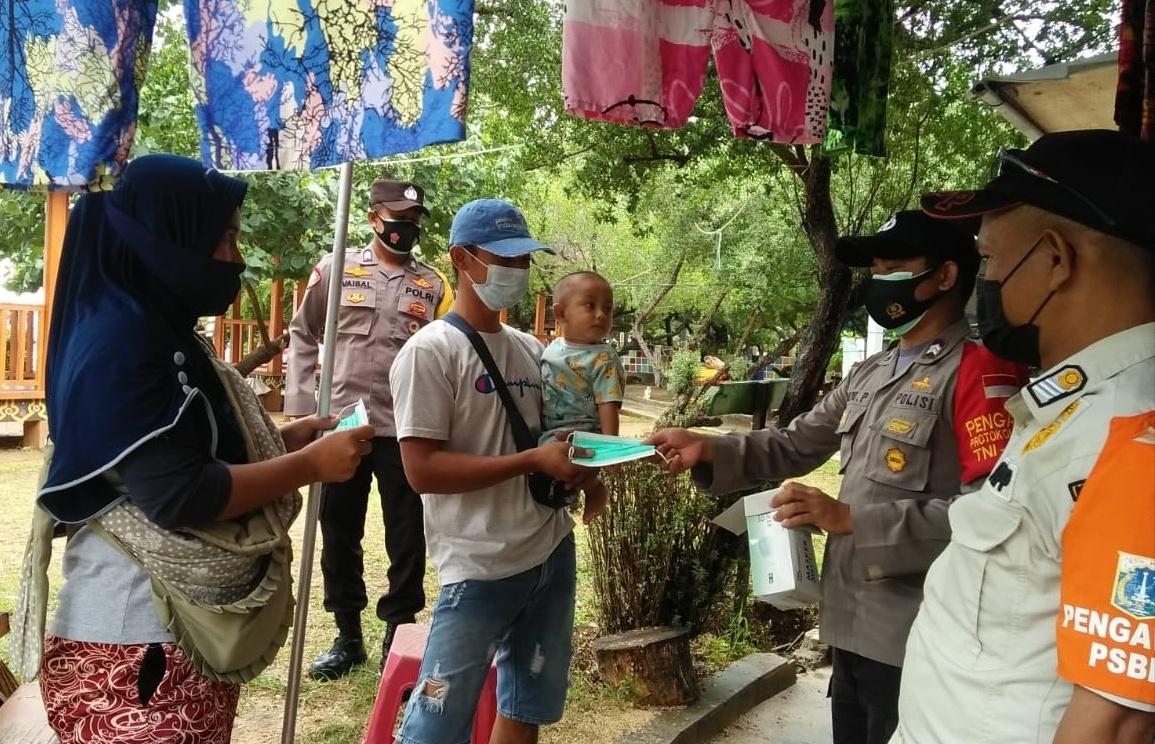 Gerakan Jakarta Bermasker, 3 Pilar Kep Seribu Bagikan 5200 Masker Medis Gratis
