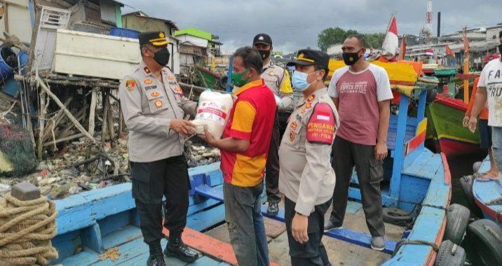 Kapolsek Cilincing Silaturahmi ke Warga Cilincing Sambil Bagikan Sembako